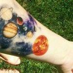 Tatuajes de planetas en el brazo