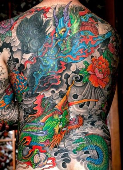 Tatuajes japoneses en la espalda gris