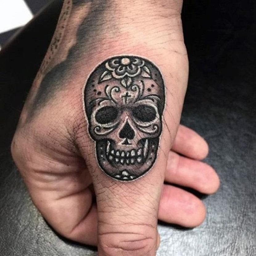 Catrina tatuada en el dedo