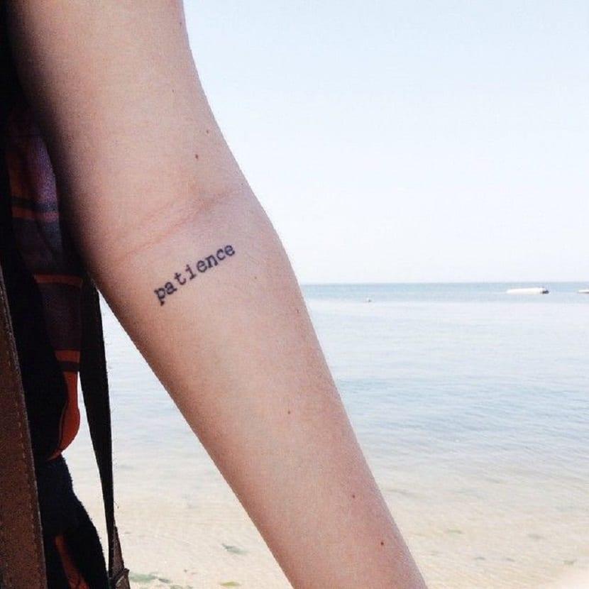 Palabras tatuadas interior del codo