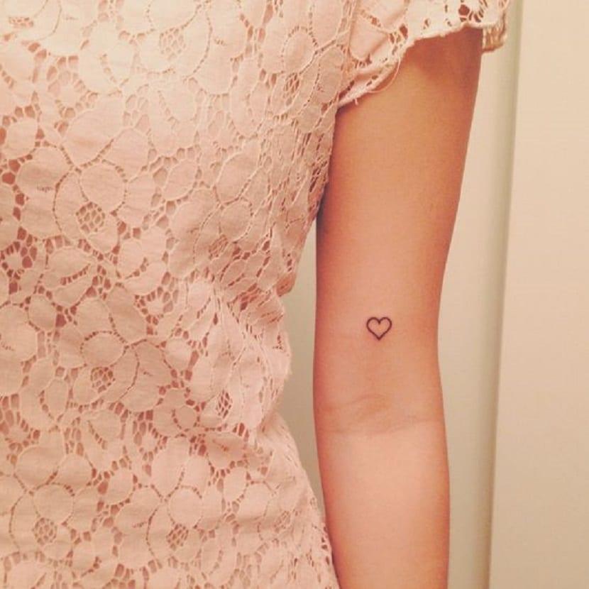 Corazón tatuado en el interior del codo