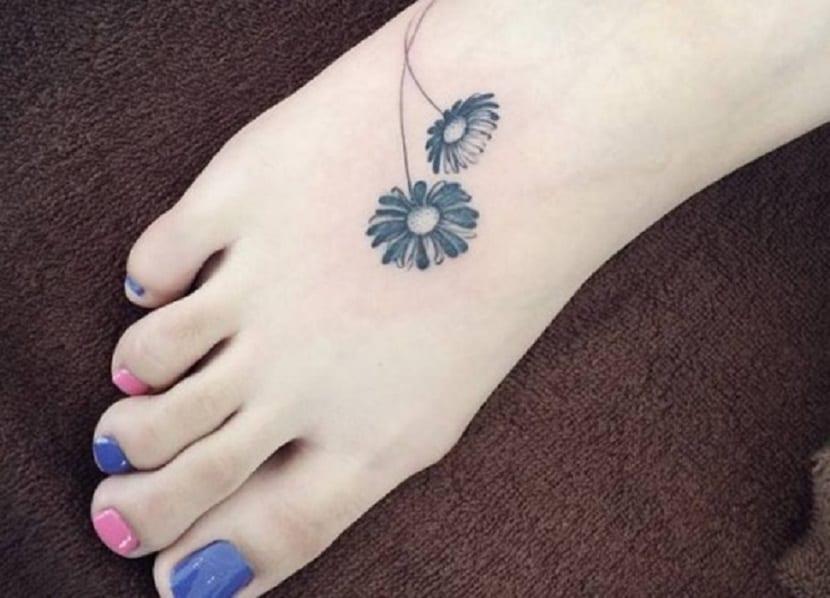 Tatuaje de margarita en el pie