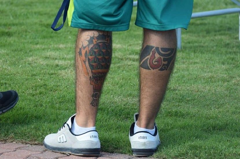 Tatuaje en las piernas para hombre