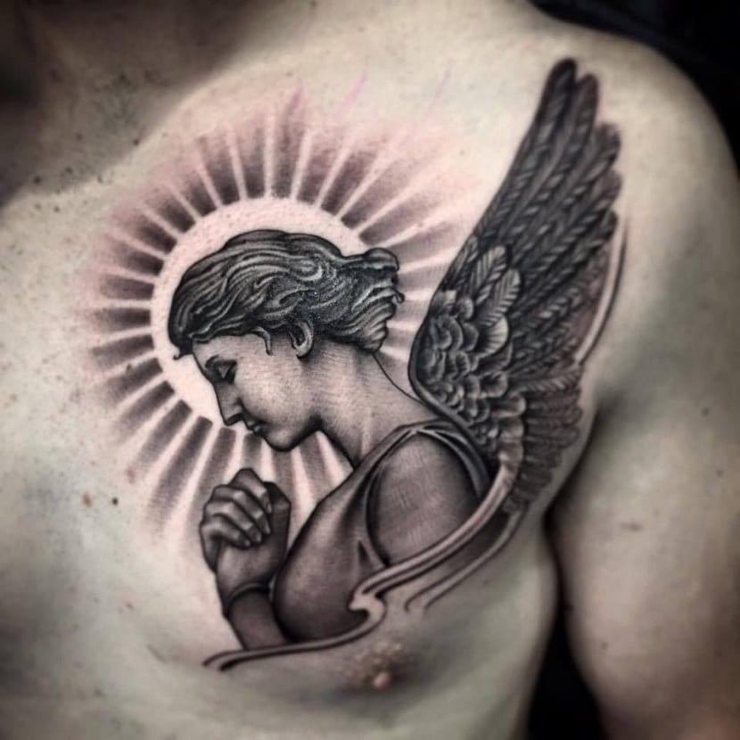 Tatuaje realista de ángel en el pecho