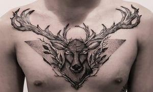 Tatuajes de ciervos en el pecho