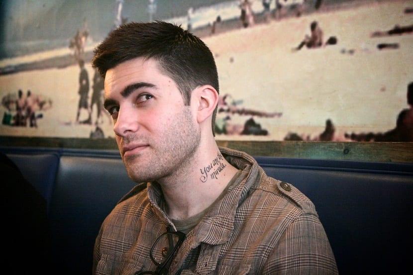Tatuajes de letras en el cuello