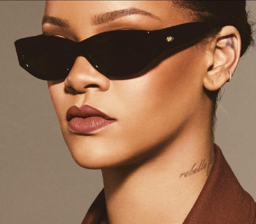 Tatuajes de Rihanna cuello y oreja