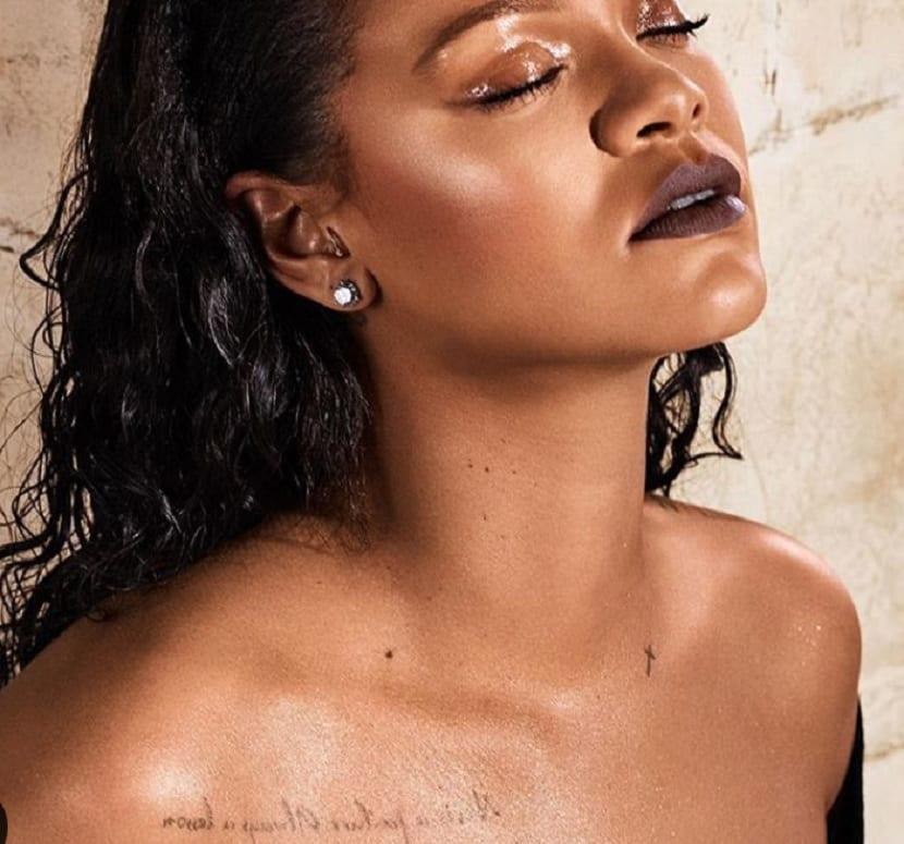 Tatuajes de Rihanna cuello