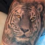 Tatuajes de tigres en el muslo