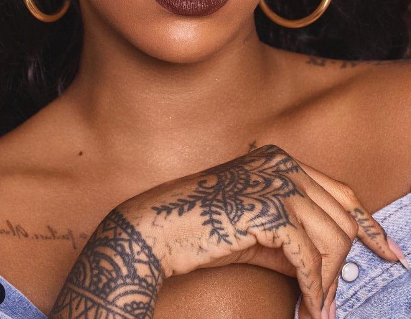 Manos tatuadas de Rihanna