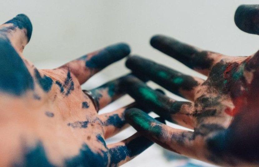 Tatuajes en la punta de los dedos colores