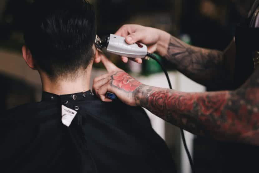Tatuajes en toda la Mano barbero