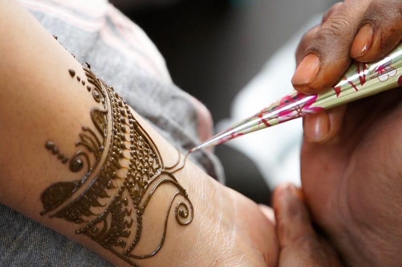 Cómo se hacen los tatuajes de henna