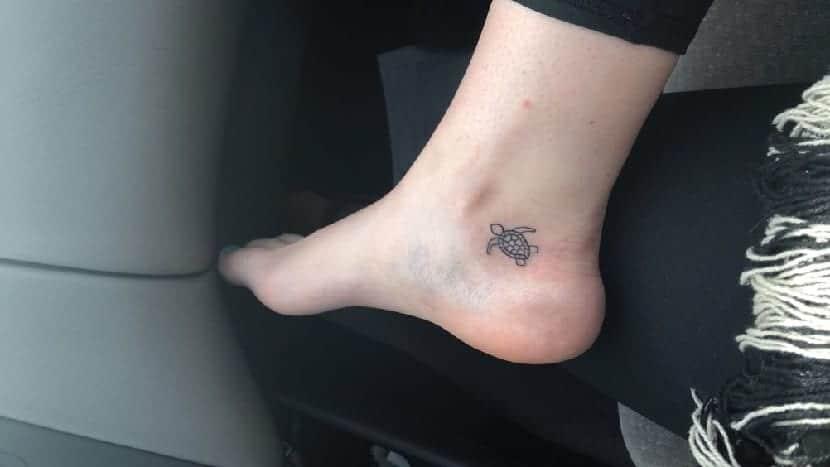 Tatuaje de tortuga en el pie