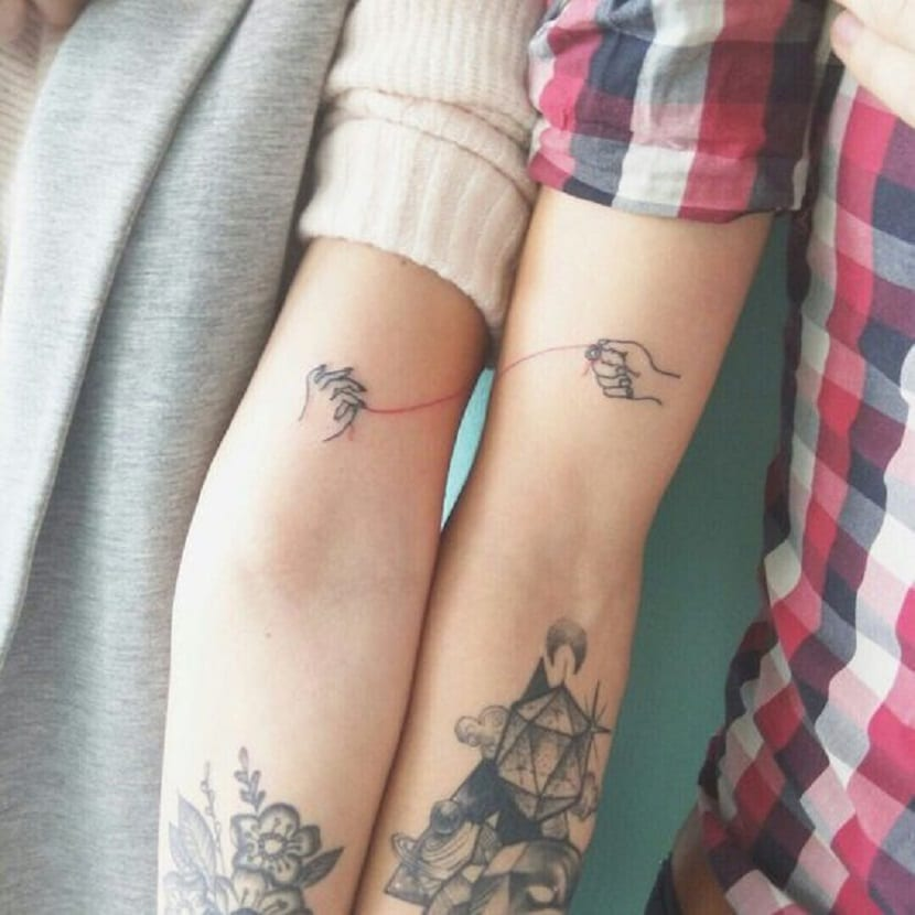 Tatuajes para amigas hilo rojo