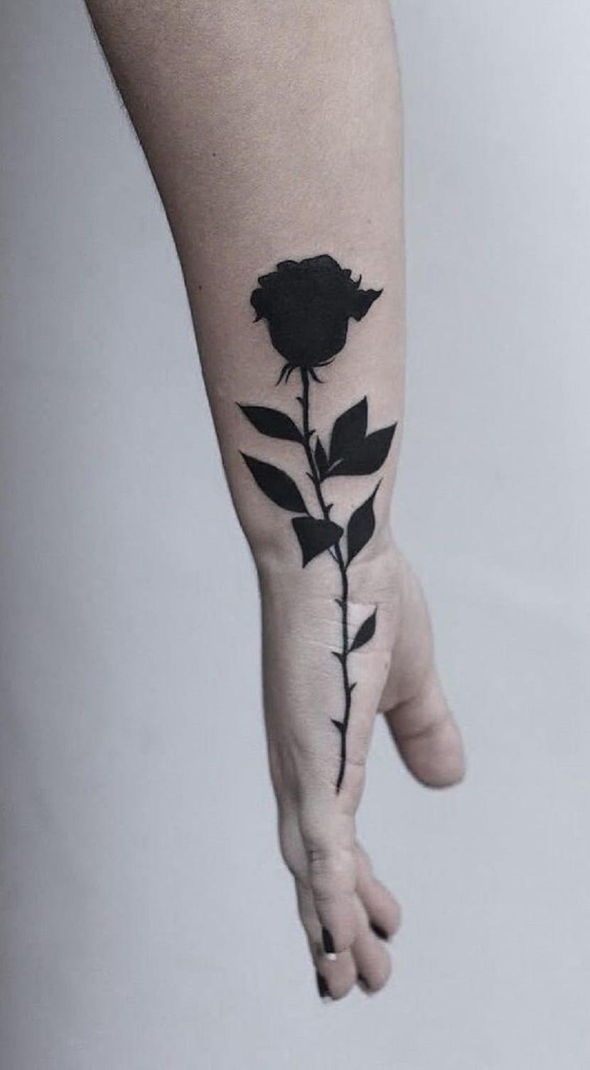 Rosas negras tatuadas