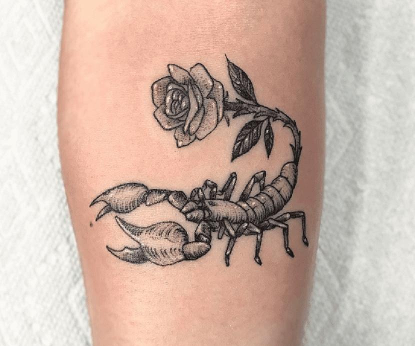 Tatuaje escorpión con rosa