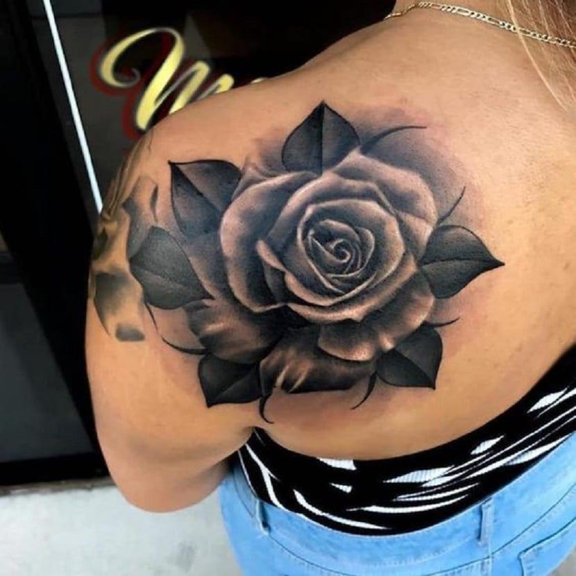tatuaje de rosa negra en omóplato