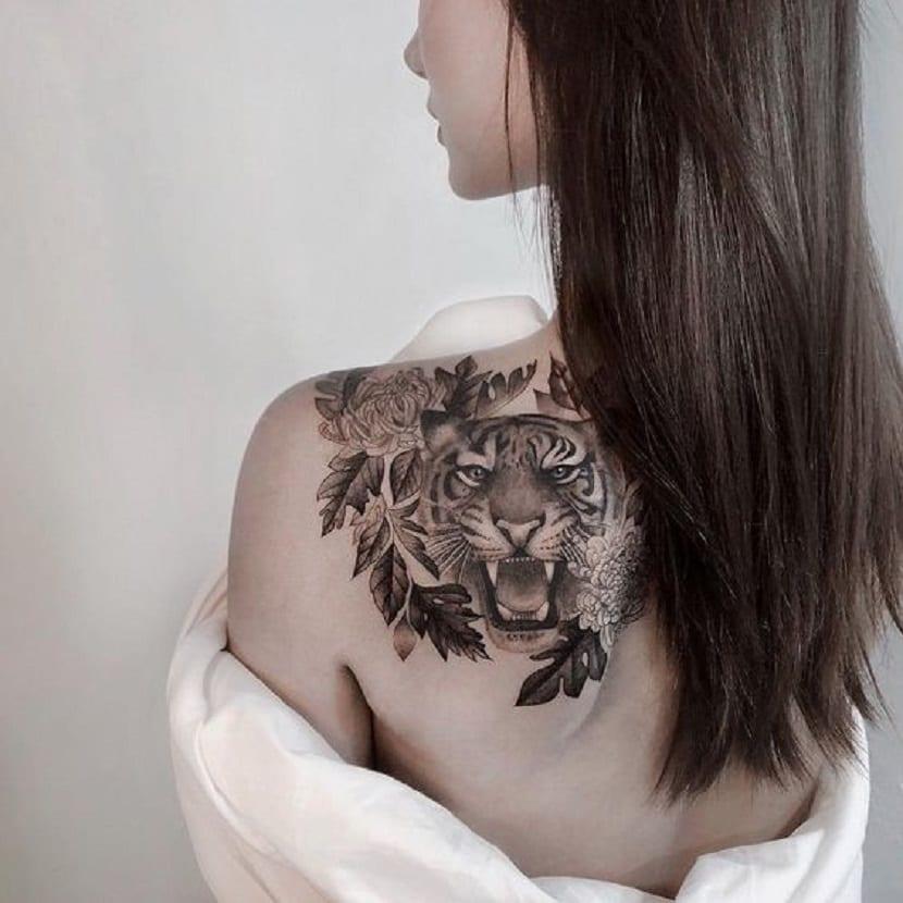 tatuaje tigre en la espalda