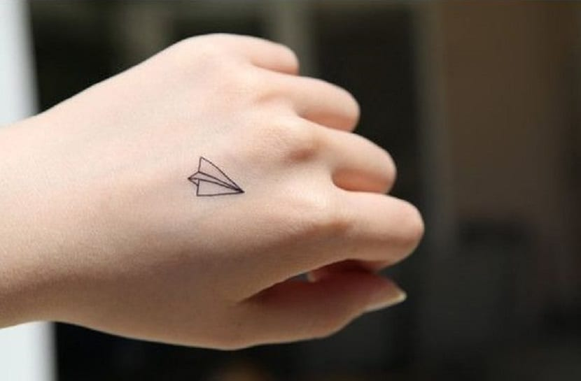 tatuajes de aviones de papel pequeños