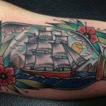 Tatuajes de barcos en botellas de cristal