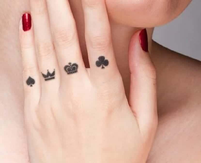 Tatuajes de cartas en los dedos