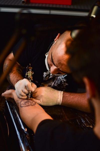 Cómo ser Tatuador brazo