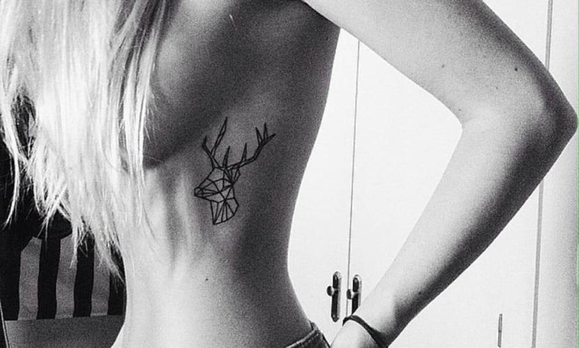 Tatuajes de ciervos en el costado