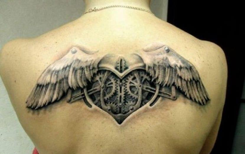 tatuaje corazón con alas en la espalda