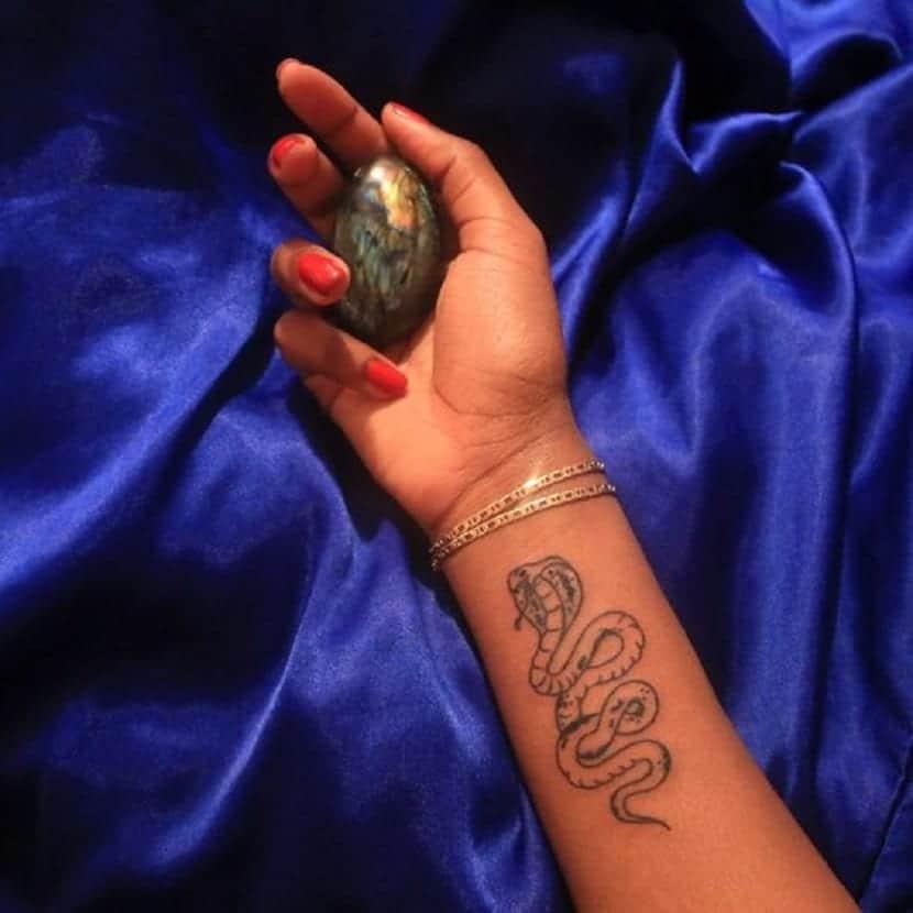 Tatuaje de cobra en la mano
