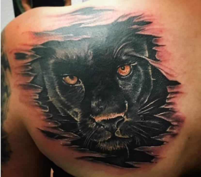 tatuaje pantera en hombro