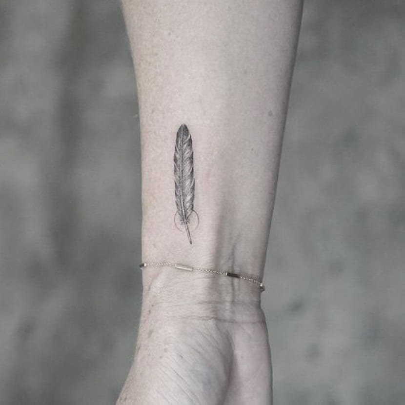 tatuaje pluma muñeca