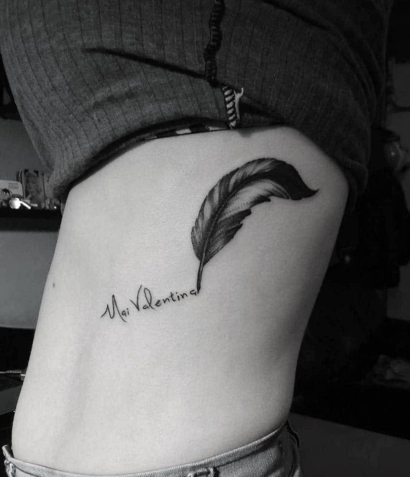 tatuaje pluma escribiendo