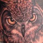 Tatuajes de búhos en la mano