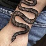 Tatuajes de serpientes en la muñeca