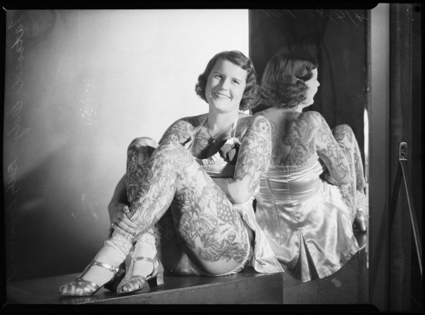 Betty Broadbent sentada