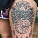Tatuajes de búhos en el muslo