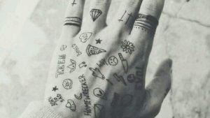 Tatuajes pequeños para las manos