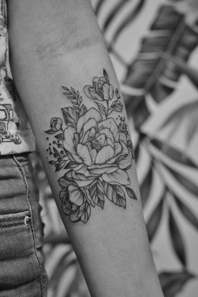 Tatuajes de Flores en Blanco y Negro Brazo
