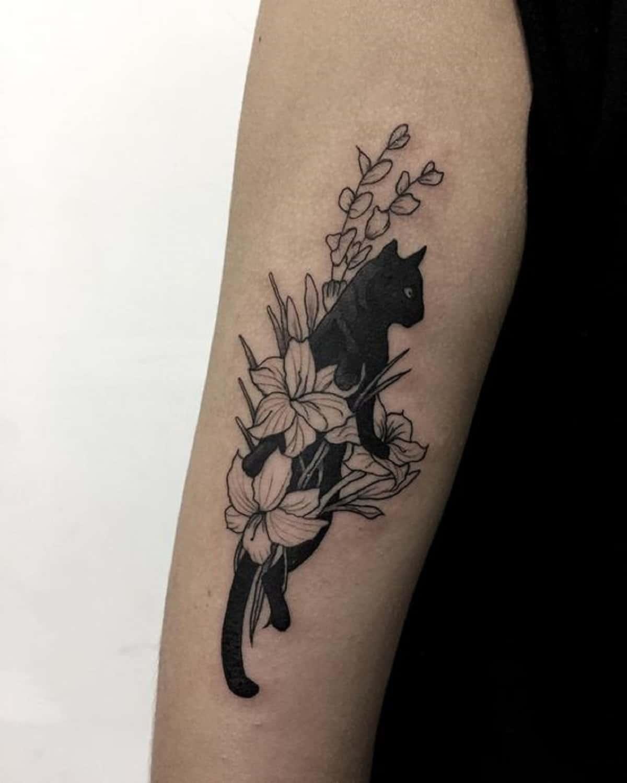 gato negro con flores