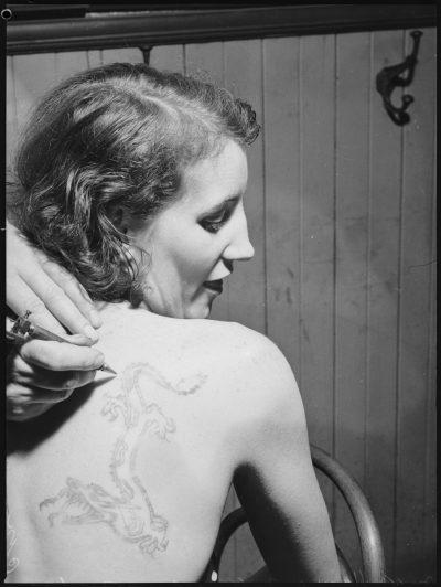 Mujer Tatuada Espalda