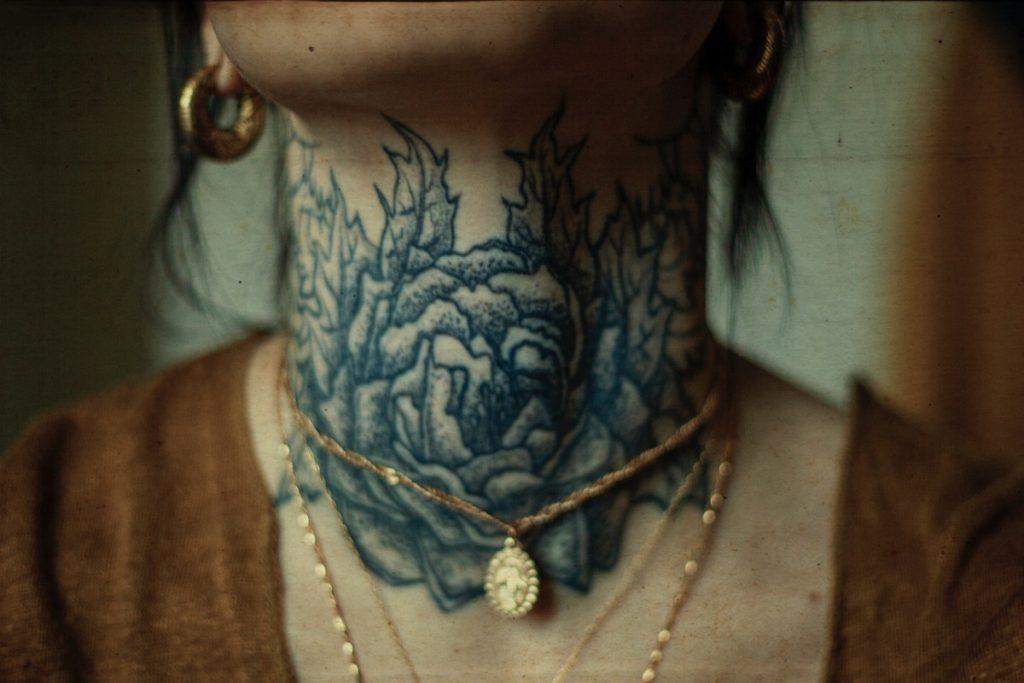 Tatuajes en Todo el Cuello