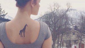 Tatuajes de jirafas en la espalda