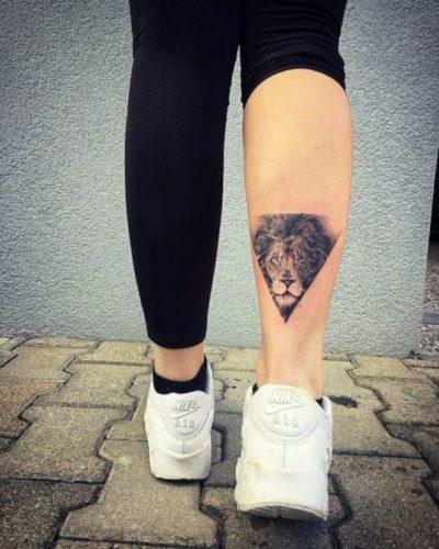 Tatuaje de León Geométrico Pierna