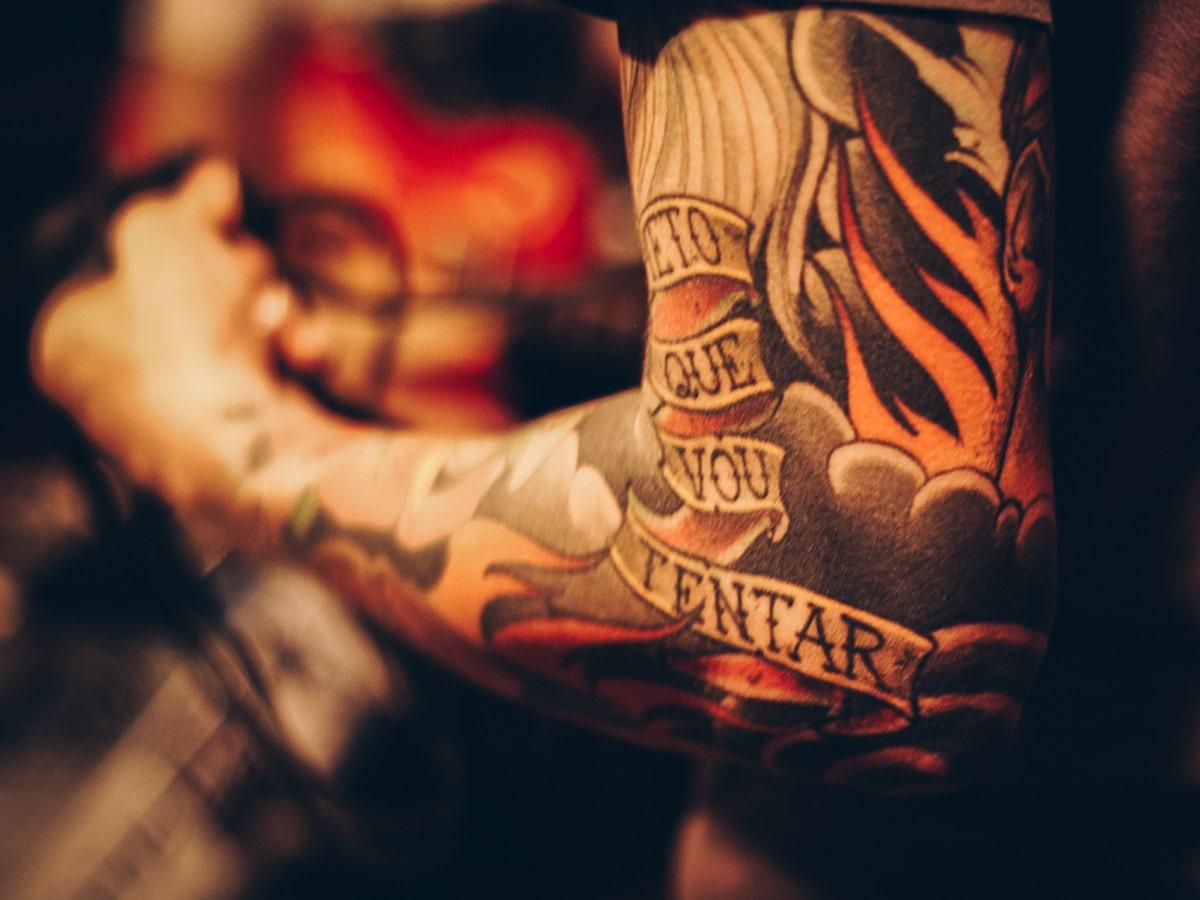 cuidado de los tatuajes en el codo