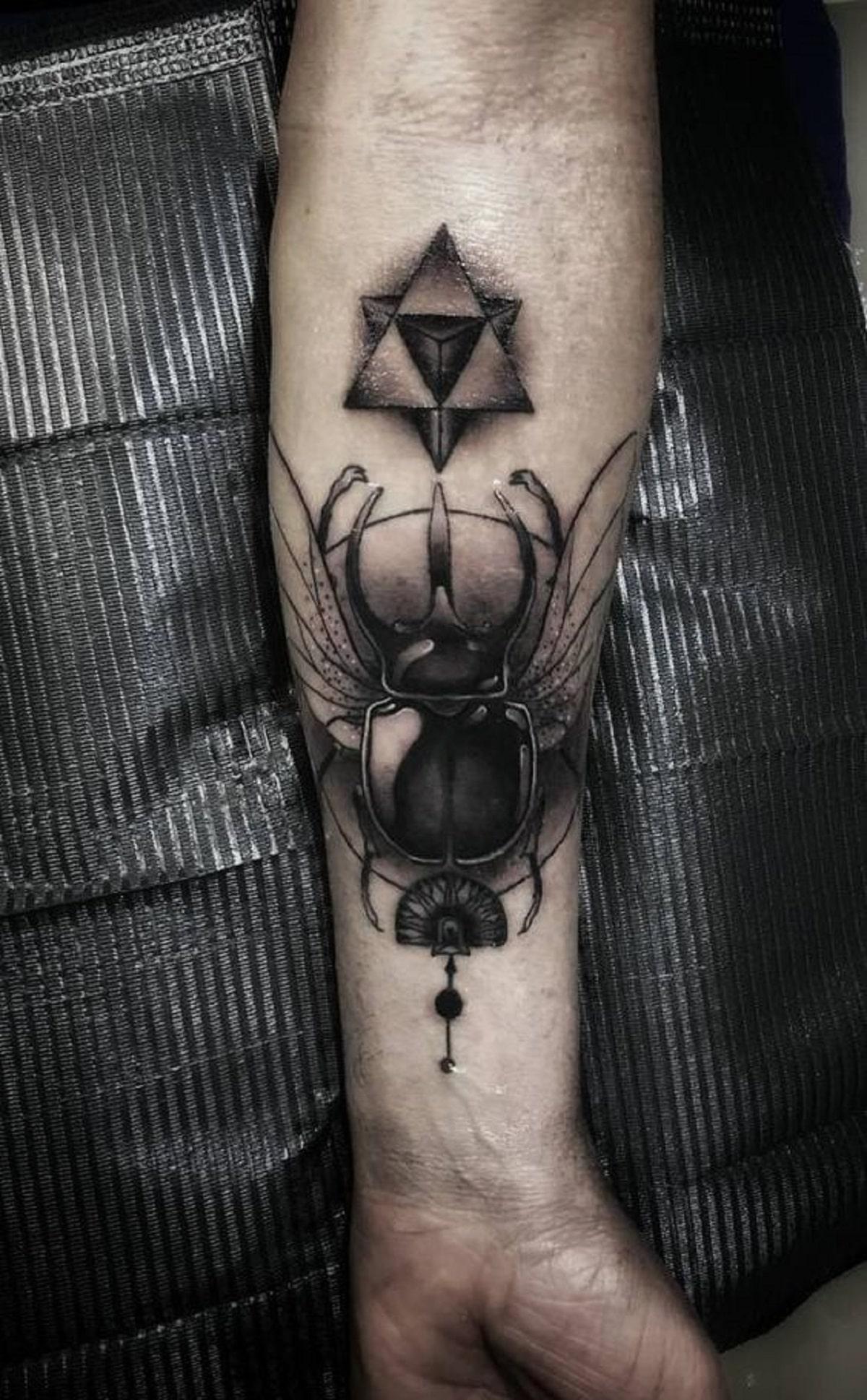 escarabajo egipcio tatuaje hombre