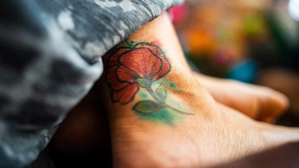 Tatuaje en Tobillera de Mujer Bajo