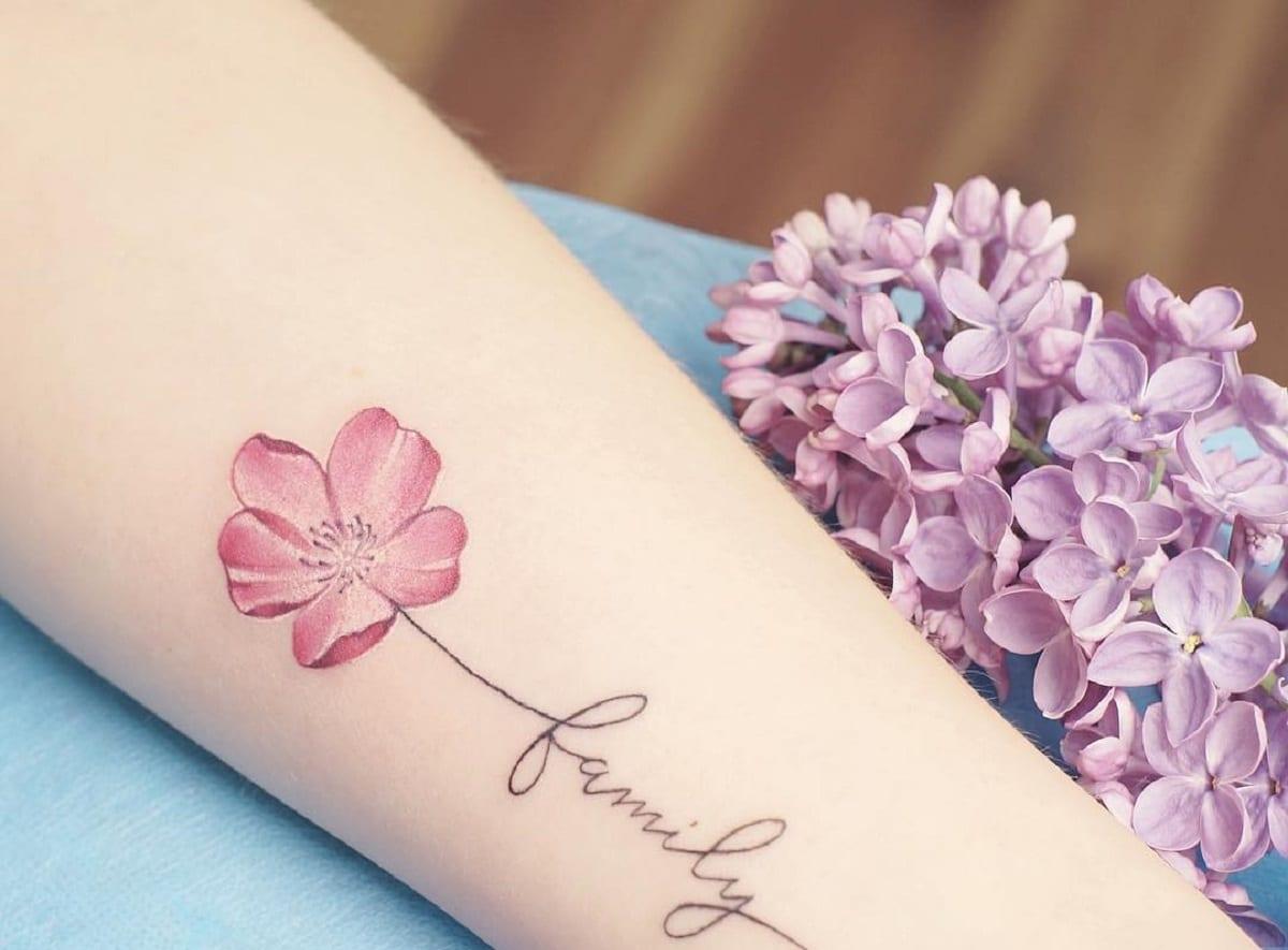 tatuaje-flor-frase-familia-antebrazo