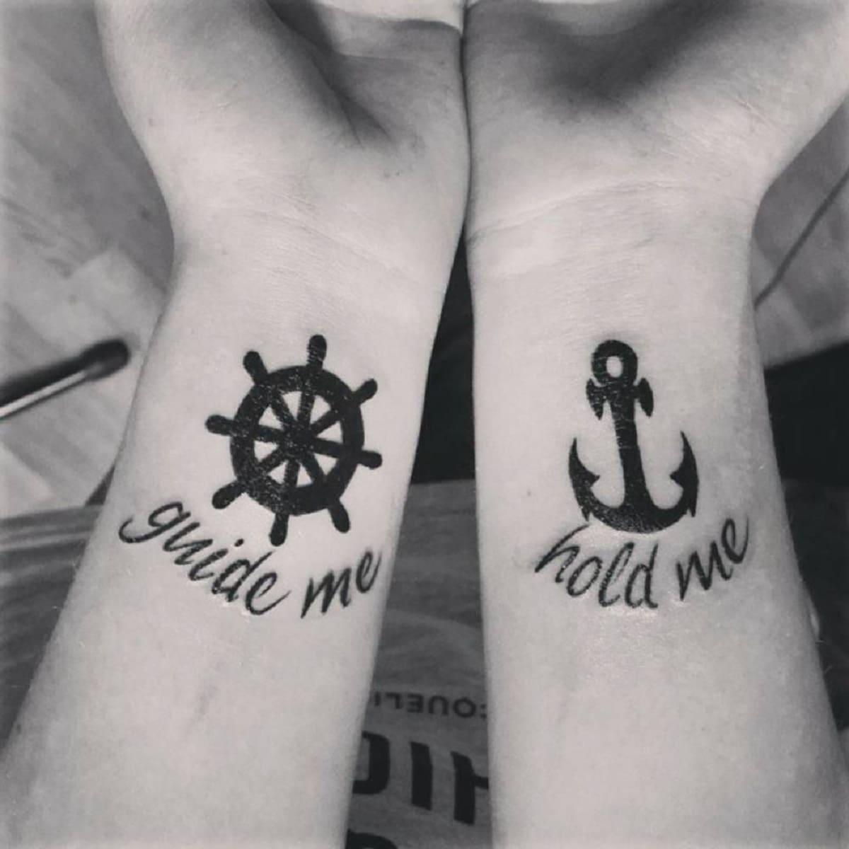 tatuaje timon ancla