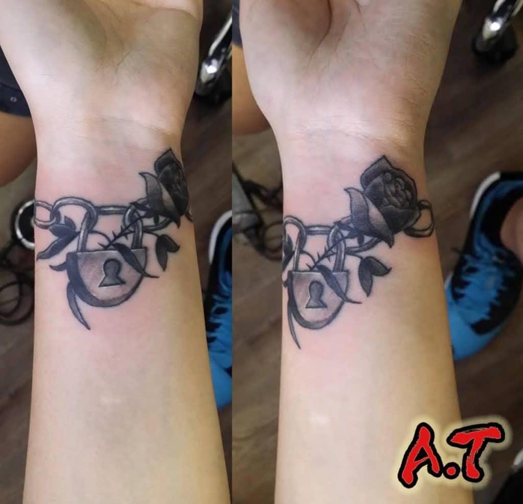 Tatuaje Rosas Pequeñas Candado